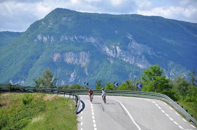 Cyclistes en Chautagne dominés par le Grand Colombier
